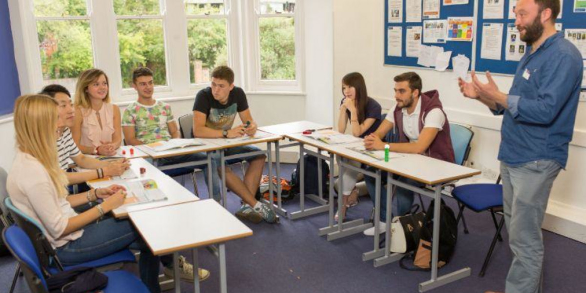 kaplan-destination-oxford-students-and-teacher-in-class